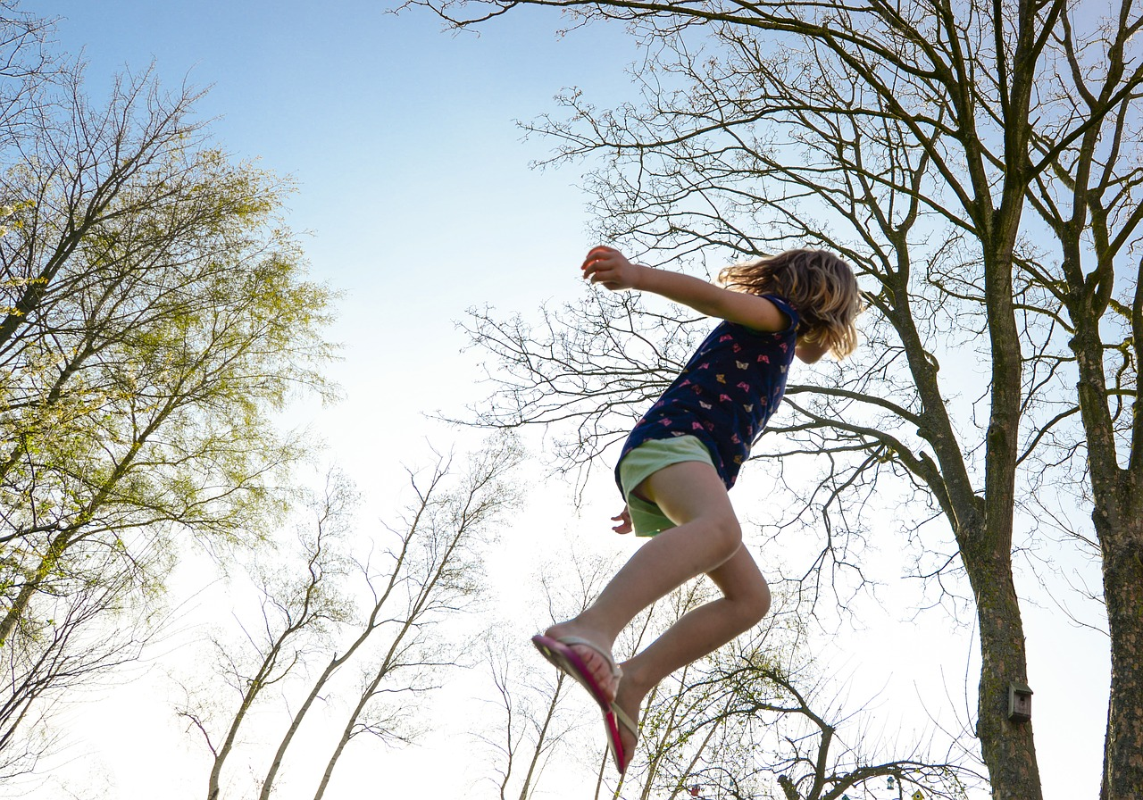 Děvče ve skoku