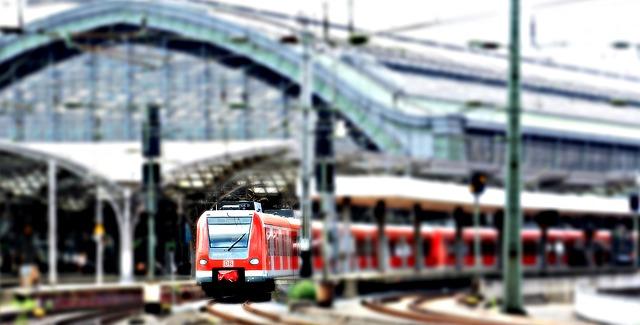 vlak na železniční stanici