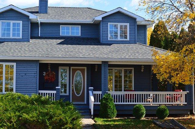 patrový modrý dům