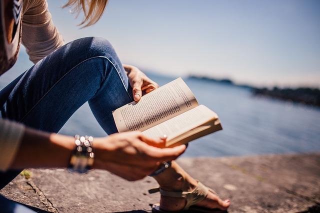 čtení u vody