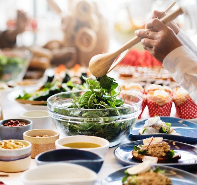 prostřený stůj plný talířků a jídel
