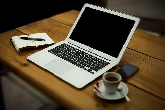 počítač u kávy