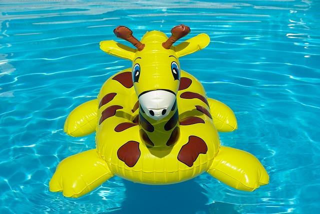 nafukovací žirafa na hladině bazénu.jpg