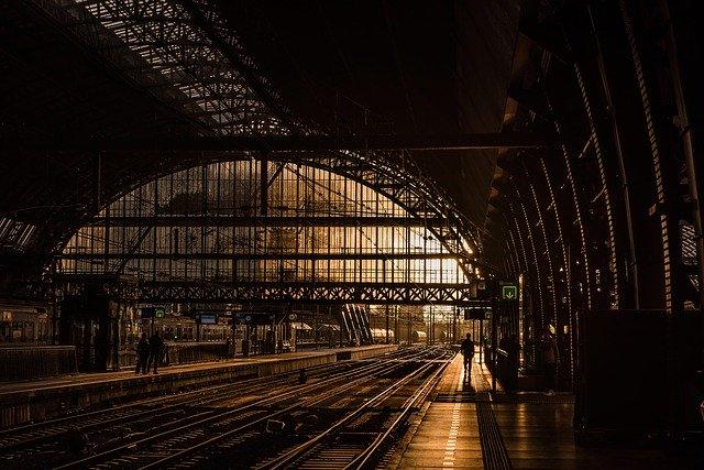 rozlehlé vlakové nádraží