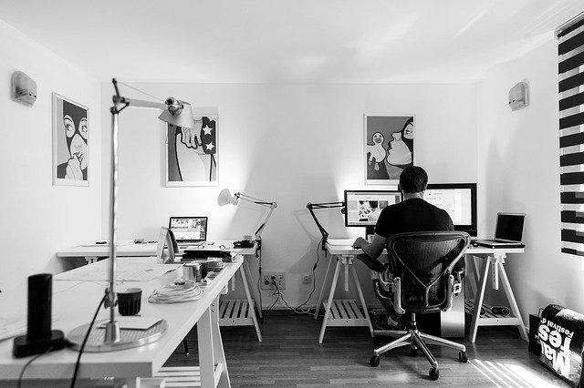 kancelář s počítačem
